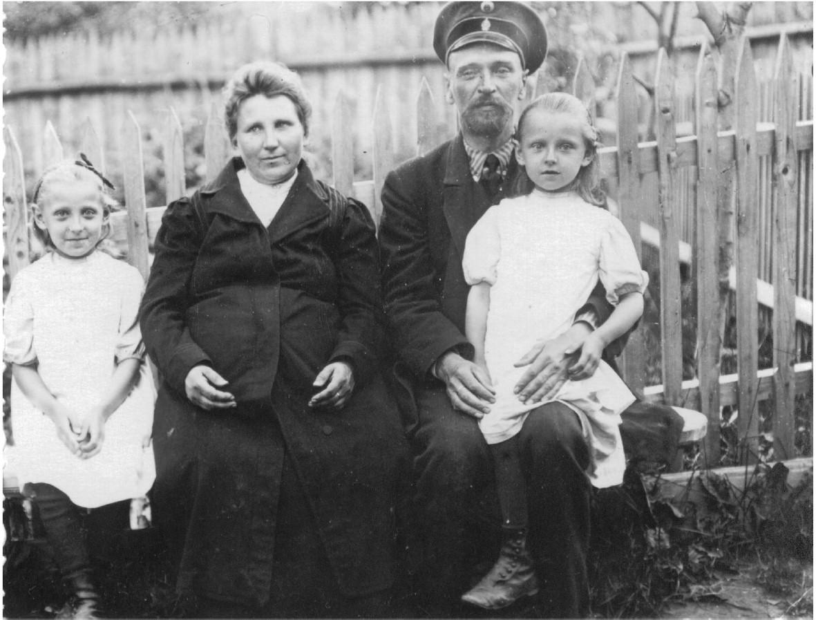 Герасим Яковлевич с женой и дочерьми Александрой (справа) и Надеждой (слева), 1912 год.